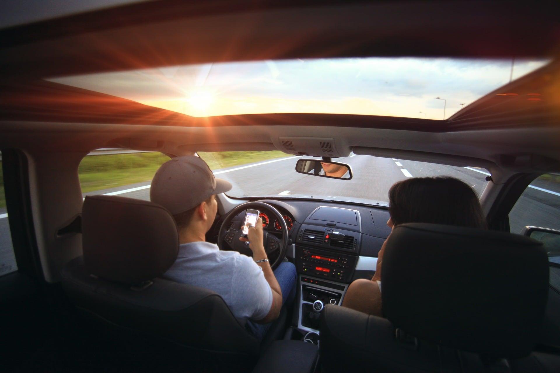 Kierowca ze smartfonem